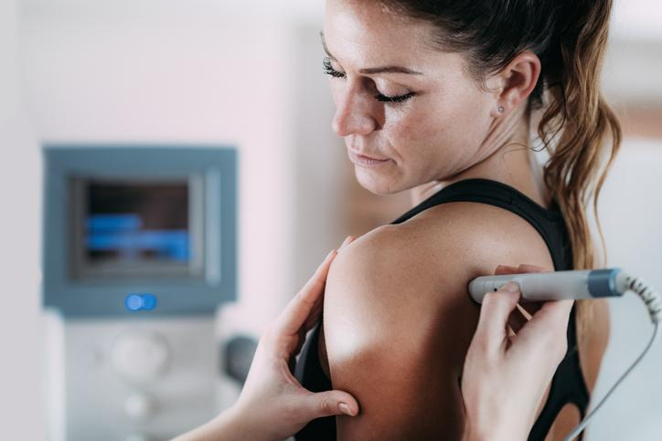Ultrasound treatment on a girl's shoulder to treat shoulder pain